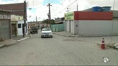 Jovem é morto a tiros e adolescente fica ferido em bar de Garanhuns, PE - Dois homens em uma moto entraram no estabelecimento e atiraram.