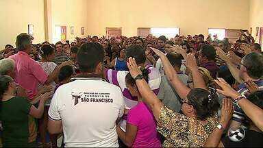 Velório de família assassinada na zona rural é realizado em Caruaru - Cortejo saiu de frente da igreja em direção ao Cemitério Parque dos Arcos.