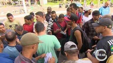 Confusão no PAT em São José restringiu atendimento na agência - Grupo de desempregados discutiu com a direção do órgão.