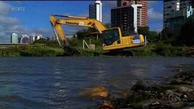 Prefeitura começou a retirar as baronesas das margens do Rio São Francisco - Além de retirar as plantas, que surgem devido à poluição, pontos de esgoto que caem diretamente no rio, serão tampados.