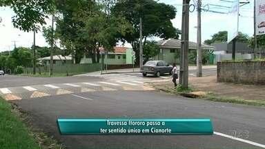 Mesmo sinalizada, mudança em rua de Cianorte confunde motoristas no 1º dia - A Travessa Itororó agora tem sentido único. Placas foram colocadas, mas alguns motoristas trafegaram na contramão.