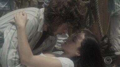 Novo Mundo - Capítulo de quinta-feira, 23/03/2017, na íntegra - Joaquim pensa que Anna se jogou do navio e se desespera. Os dois se beijam