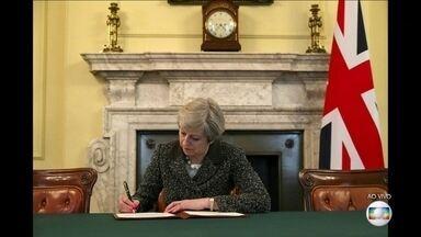 Reino Unido formaliza saída da União Europeia - A primeira-ministra Theresa May já assinou a carta que vai iniciar formalmente o processo de saída. Essa carta será entregue pelo embaixador britânico no bloco. Então, começam dois anos de negociações entre o governo britânico e uma força-tarefa.