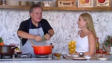Chico Pinheiro ensina receita de canjiquinha - Jornalista conta 'causos' enquanto prepara esse delicioso prato