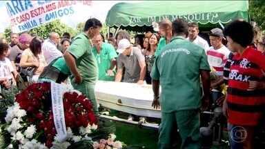 Menina de 13 anos baleada dentro de escola é enterrada no RJ - Maria Eduarda foi atingida durante a aula de educação física, na quinta (30). Vídeo mostra dois PMs executando dois homens ao lado do muro da escola.