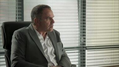 Eurico afirma que Dantas quer se aproveitar da inexperiência de Ruy na empresa - Silvana inventa uma desculpa para o marido e sai para jogar pôquer
