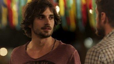 Ruy pergunta por Ritinha e Zeca se irrita - Caminhoneiro percebe interesse do rapaz por sua noiva