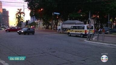 Semáforo quebrado complica trânsito em cruzamento na Zona Sul - Semáforo está quebrado na Avenida Jabaquara com a Rua Brasópolis. Pedestres também enfrentam dificuldade para atravessar no cruzamento. O semáforo da Avenida Jabaquara com a Avenida Irerê também está quebrado. CET reparou o problema por volta das 6h30.