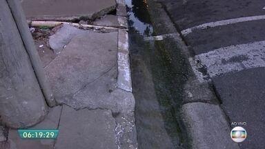 Vazamento de água danifica calçada em rua do Centro de SP - Um vazamento de água na região central de São Paulo está atrapalhando a vida dos moradores. O telespectador Raimundo Pereira Matos disse que o vazamento está há meses na Rua Cesário Mota, em Santa Cecília.