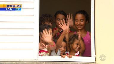 Famílias desocupam condomínio do 'Minha Casa, Minha Vida' em Canoas após reintegração - Justiça determinou retirada de famílias que ocuparam condomínio de forma irregular no começo do ano.