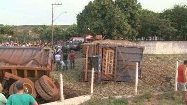 Mulher morre após caminhão tombar e esmagar carro em rodovia em Luiz Antônio, SP - Acidente aconteceu na Rodovia Deputado Cunha Bueno. Motorista do caminhão ficou levemente ferido.