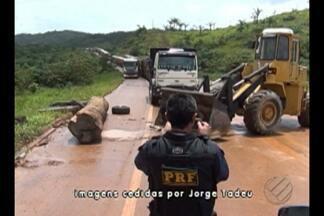 Manifestantes continuam interditando a rodovia BR-163, em Novo Progresso - Mais de mil pessoas, entre produtores, trabalhadores rurais e garimpeiros permanecem na rodovia em protesto contra a aprovação da alteração dos limites de parques e áreas de preservação ambiental na região.