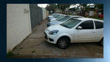 Veja flagrantes de imprudência no trânsito na Grande Goiânia - Um carro, por exemplo, estacionou sobre a faixa de pedestres.