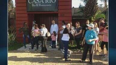Vazamento de cronograma da febre amarela gera confusão e fila em restaurante de Campinas - Muitas pessoas foram a um restaurante de Campinas no início da manhã desta quarta-feira (5) para receber a vacina, mas nenhum agente de saúde estava no local.