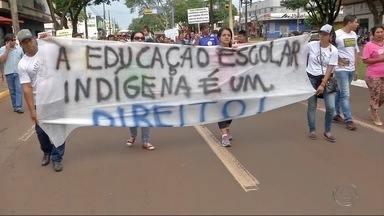 Grupo de indígenas faz protesto por educação em Dourados - Eles percorreram o Centro da cidade. Segundo organizadores, marcha é para alertar autoridades sobre qualidade do ensino nas aldeias.