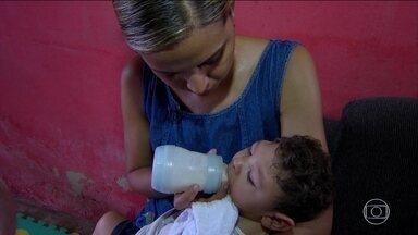 Bebês com microcefalia ficam sem leite especial em Pernambuco - Mais de 2 mil crianças nasceram com microcefalia em 2016, como consequência da zika; 411 só em Pernambuco. Como se não bastassem todas as dificuldades, agora, bebês com microcefalia enfrentam a desnutrição.