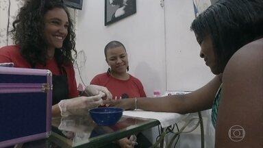 Débora Nascimento faz as unhas de uma cliente que está desempregada - A atriz se emocionou em conversa, além de ajudar a limpar o salão