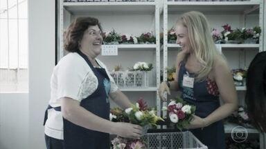 Angélica conversa com voluntárias do projeto 'Flor Gentil' - Elas se preparam para entregar as flores