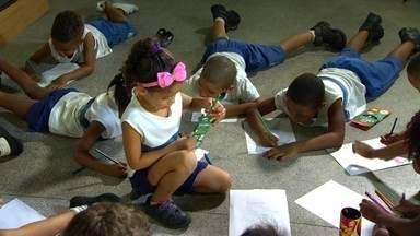 Crianças aprendem a viver ao lado da violência em escolas públicas do Rio - Escola onde Maria Eduarda morreu foi fechada mais de 20 vezes por causa da violência. Como explicar que um muro pode não ser o suficiente?