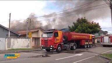 Incêndio destrói parte de barracão em Curitiba - As causas do incêndio estão sendo investigadas.