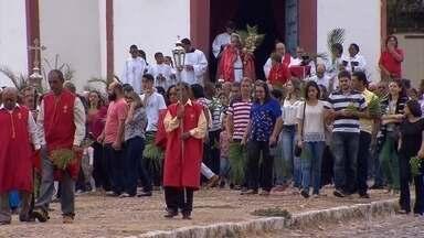 Fiéis celebram Domingo de Ramos com procissão em Sabará - População percorreu ruas histórias.