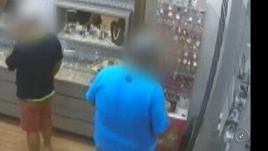 Polícia investiga furto a joalheria em shopping de Andradina - A Polícia Civil de Andradina (SP) investiga o furto a uma joalheria dentro de um shopping da cidade, na sexta-feira (7) à noite, por dois homens. De acordo com a polícia, enquanto um casal com duas crianças conversavam com a vendedora, os dois homens circulavam pela loja até que um deles pegou três relógios importados da vitrine, avaliados em R$ 7 mil, e os colocou no bolso.