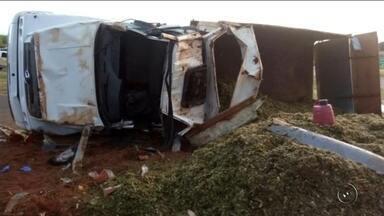 Homem morre após caminhão tombar em rodovia de Novo Horizonte - Um homem de 51 anos morreu após sofrer um acidente na rodovia Leonidas Pacheco Ferreira, em Novo Horizonte (SP), na noite de sábado (8). De acordo com informações da Polícia Rodoviária Estadual, ele era passageiro de um caminhão carregado com silo que tombou na pista. Segundo a polícia, o motorista perdeu o controle da direção ao tentar fazer uma curva e o caminhão virou.