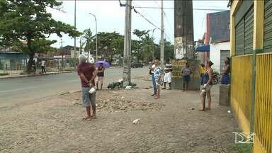 Falta de abrigo nas paradas causa transtornos à população em São Luís - Muitas pessoas contornam a situação procurando abrigo na porta dos comércios da capital.