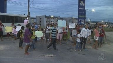 Moradores fazem protesto após morte de menina atropelada em Manaus - Grupo pede justiça e mais segurança.
