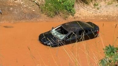 Homem rouba carro e cai no rio Jundiaí durante fuga em Várzea Paulista - Um homem roubou um carro na manhã desta terça-feira (11), na Vila Hortolândia, em Jundiaí (SP), e, durante a fuga, caiu com o veículo no rio Jundiaí, em Várzea Paulista (SP).