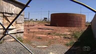 Moradores de Aparecida de Goiânia dizem que rede de água tratada ainda não foi ligada - Segundo a população, obra está pronta desde 2015.