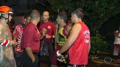 Queda de helicóptero deixa uma pessoa morta e outra ferida em Niterói - O helicóptero caiu no mar e afundou, a cerca de 200 metros da praia de Itacoatiara. Chovia forte na hora do acidente.