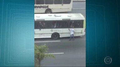 Motoristas e passageiros sofrem com assaltos em ponto de ônibus em frente ao Into - Motoristas e passageiros não aguentam mais tantos assaltos no ponto de ônibus que fica em frente ao Into, na zona portuária. Eles dizem que os mesmos bandidos roubam todos os dias, bem na hora da ida ao trabalho.