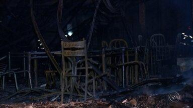 Incêndio destrói loja de móveis em Marília - Um incêndio atingiu uma loja de móveis na noite de quarta-feira (12), em Marília. O fogo começou por volta das 20h. O estabelecimento ficou completamente destruído.
