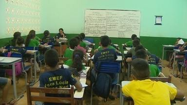Pais reclamam de falta de vagas em escola na Zona Norte de Macapá - A escola municipal Vera Lúcia Pinon, no bairro Infraero 2, está com as salas de aula lotadas, e mesmo assim ainda tem reclamação de pais de alunos que ficaram sem estudar.