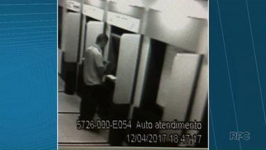 """Sogro e genro são presos acusados de roubar caixas eletrônicos - Eles foram presos em Curitiba. Segundo a polícia, eles """"pescavam"""" dinheiro dos caixas eletrônicos."""