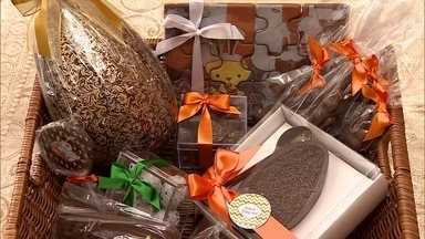 Calendário do chocolate garante lucro de empresários durante o ano todo - Datas especiais e bombons personalizados tiram a dependência da Páscoa. As embalagens devem ser criativas e transparentes, para mostrar o produto.