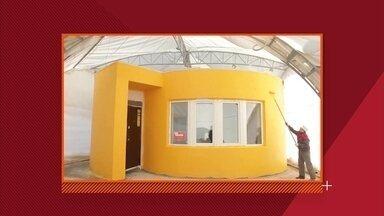 Engenheiro projeta impressora 3D que cria a casa dos sonhos em um dia - O equipamento, que parece um guindaste, cria paredes de concreto que devem ser preenchidas com fiação e isolamento.