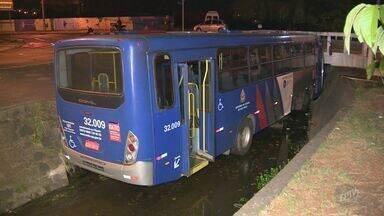 Motorista perde o controle e ônibus cai em córrego no centro de Americana - Quatro pessoas estavam no veículo no momento do acidente e três foram socorridas com ferimentos leves.