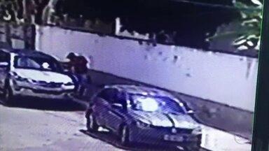 Homem atira contra carro blindado em tentativa de assalto no Recife - Devido à blindagem do veículo, vítima não foi atingida pelo projétil.