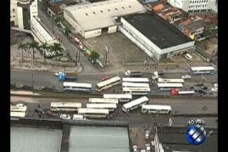 Rodoviários interditam a BR-316 após morte de cobrador de ônibus em Ananindeua - Cobrador foi assassinado na madrugada desta quinta-feira, 20. Um grande engarrafamento se forma ao longo da rodovia no sentido entrada na capital.