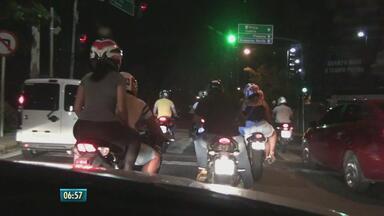 Motociclistas são flagrados fazendo 'pega' em alta velocidade na Zona Sul do Recife - Na Via Mangue, a velocidade limite é de 60 km/h, mas, a partir das 23h, via vira pista de corrida.