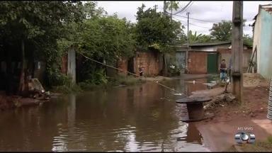 Forte chuva causa trantornos e alaga ruas do Setor Urias Magalhães, em Goiânia - Moradores reclamam da situação.