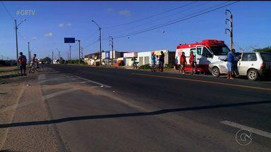 Mulher morre ao ser atropelada na BR-407 em Petrolina - Outra mulher também foi atropelada e levada para o Hospital Universitário. Motoristas do carro e do caminhão fugiram.