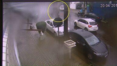 Câmeras de segurança registram momento que policial e assaltantes trocam tiros em Cascavel - Policial a paisana perseguiu ladrões após perceber assalto em loja de móveis, no centro da cidade.