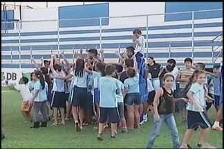 Antes de viagem, URT recebe visita especial em treino para semifinal - Escola encontra jogadores do Trovão Azul em treino na cidade de Patos de Minas antes de viagem para Belo Horizonte