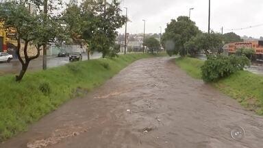 Chuva causa alagamentos e transtornos em Bauru - Chuva da madrugada e início da manhã desta sexta-feira causou alagamentos e transtornos em Bauru.