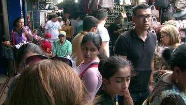 Turistas lotam calçadas e lojas de Cidade do Leste no Paraguai - Feriado só no Brasil fez a alegria dos comerciantes no país vizinho.