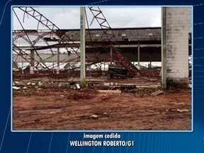 Polícia Civil investiga morte de homem em desabamento de barracão - Vítima foi atingida pela estrutura metálica do local.