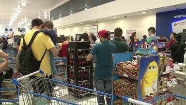 Consumidores aproveitam o feriado para fazer compras no Paraguai - O movimento foi tão intenso que houve até engarrafamentos.